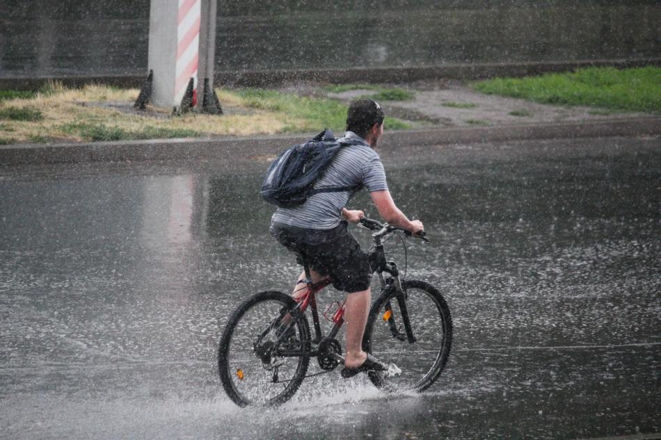 Промокнуть под дождем во сне, к чему?