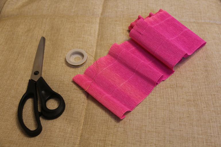 Вырезаем из гофробумаги полоску длиной 20, 30, 40 см