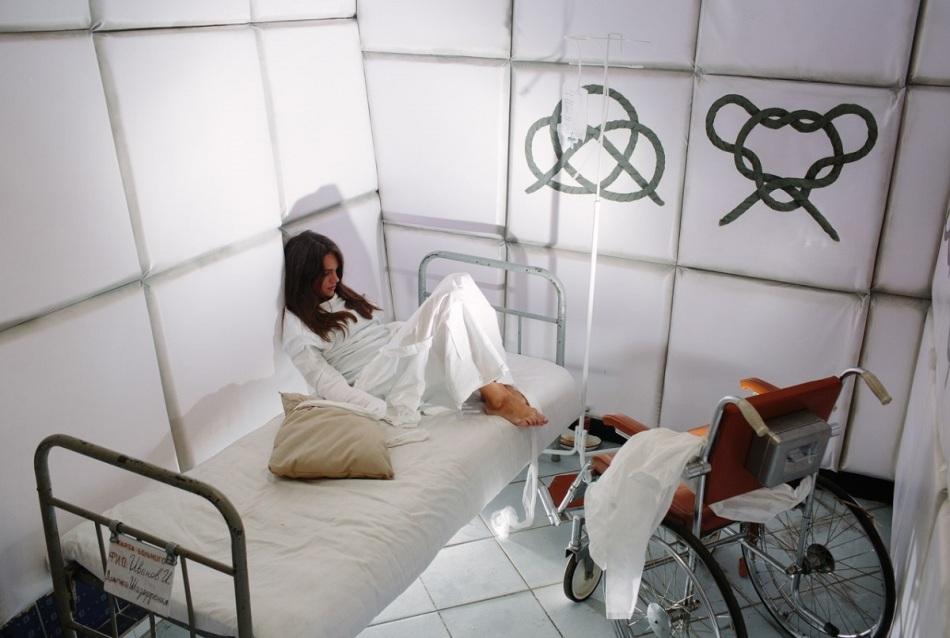 Больницы часто снятся девушкам, которые наяву любят развлечения.