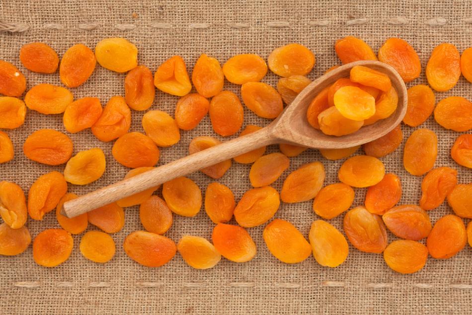 Курага должна иметь оранжевый или коричнево-оранжевый цвет без черных пятен