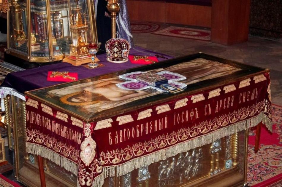 Плащаницу устанавливают в центре храма