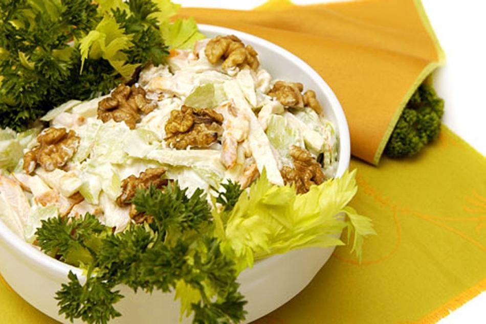 Салат из корня сельдерея с грецкими орехами