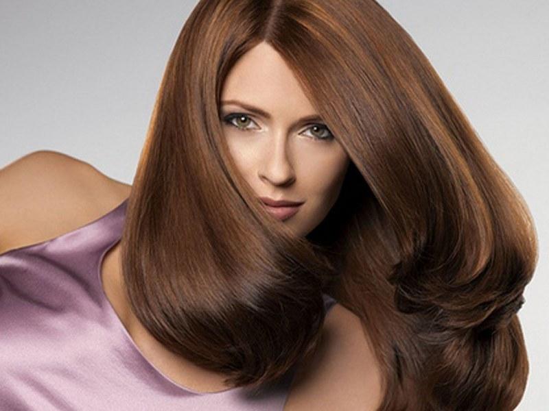 Брюнеткам в 2018-м году необходимо разбавить однотонный цвет волос переливами и другими прядями