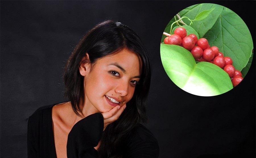 У девушки ухоженные лицо и волосы благодаря использованию плодов лимонника