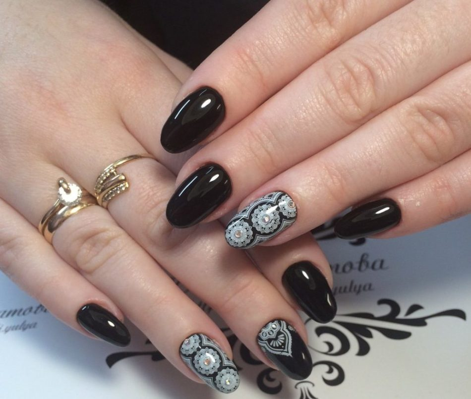 Красивый узор на ногтях, выполненный профессиональным мастером