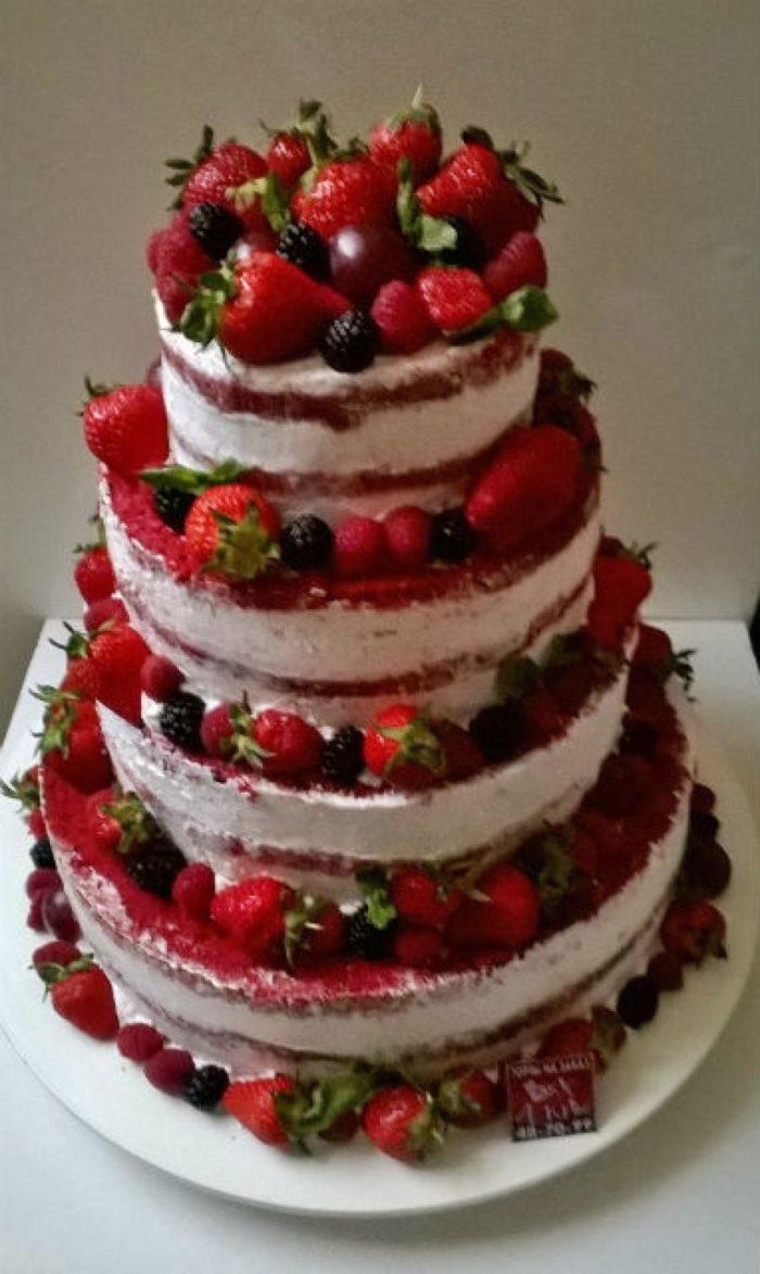 Многоэтажный свадебный торт с ягодами