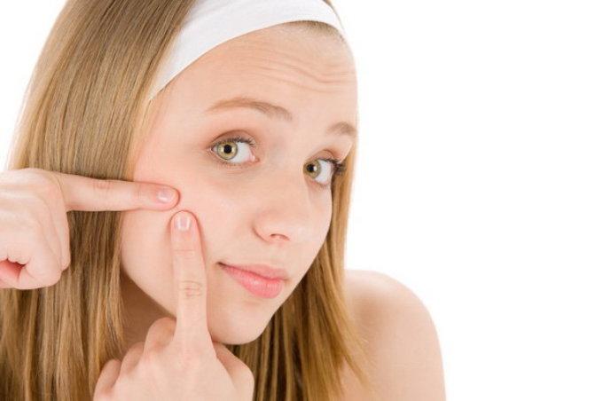 На лице и носу прыщи у подростков возникают из-за перестройки работы эндокринной системы.
