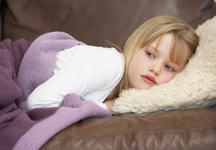 Уложите ребенка на бок и не оставляйте без присмотра