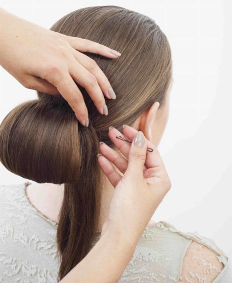 Волосы подкалываются в процессе создания пышного пучка так