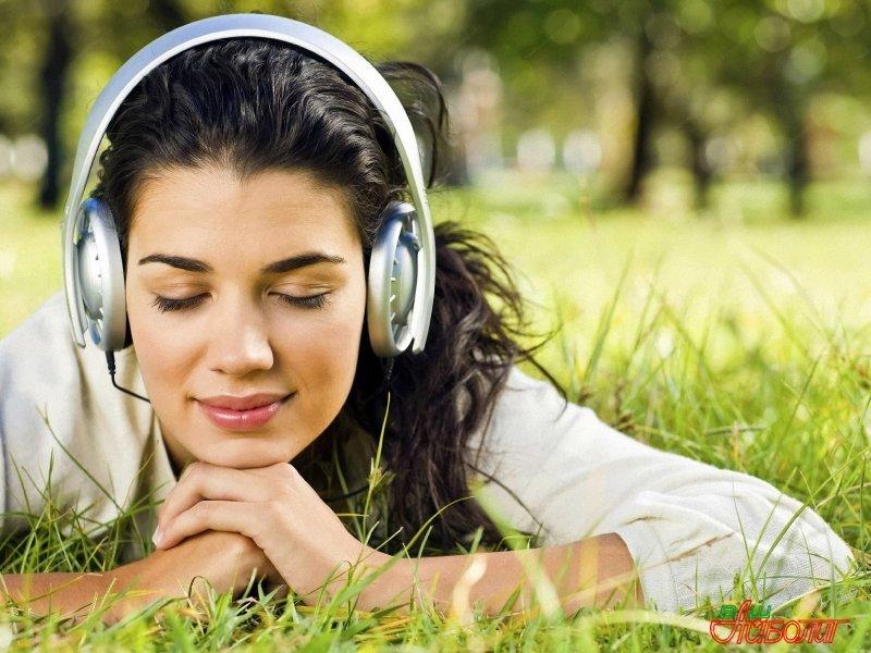 Девушка слушает музыку для расслабения