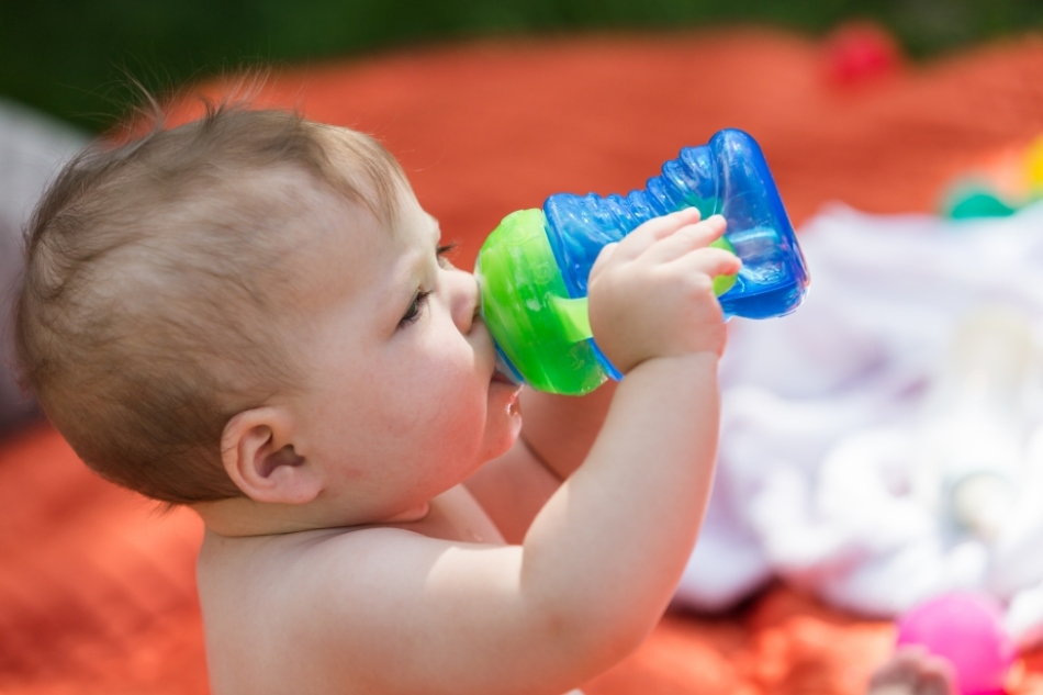 Чистая вода должна быть в рационе ребенка в обязательном порядке