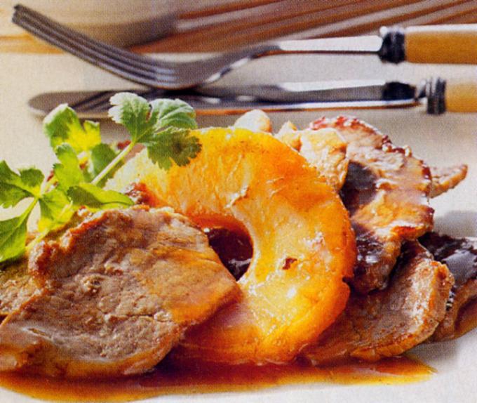 Мясное блюдо с ананасами
