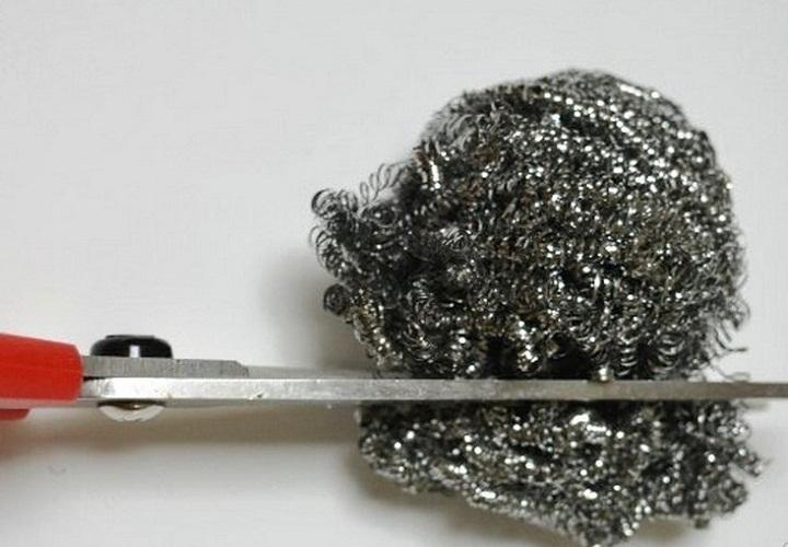 Даже металлическая кухонная губка поможет заострить ножницы
