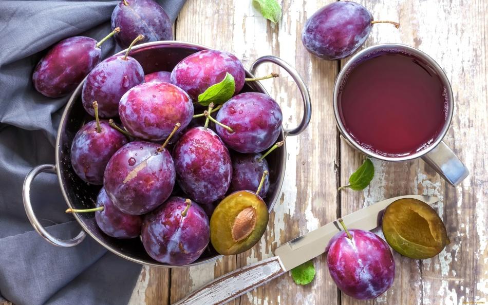 Для компота подойдет спелая жесткая садовая слива, переспевшие ягоды лучше не брать