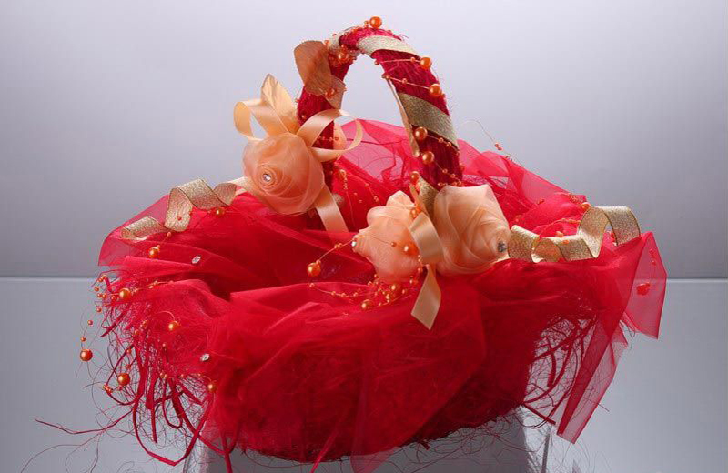 kak-ukrasit-svadebnuyu-korzinu-svoimi-rukami-krasnim-fatinom Как сделать свадебную корзину своими руками?