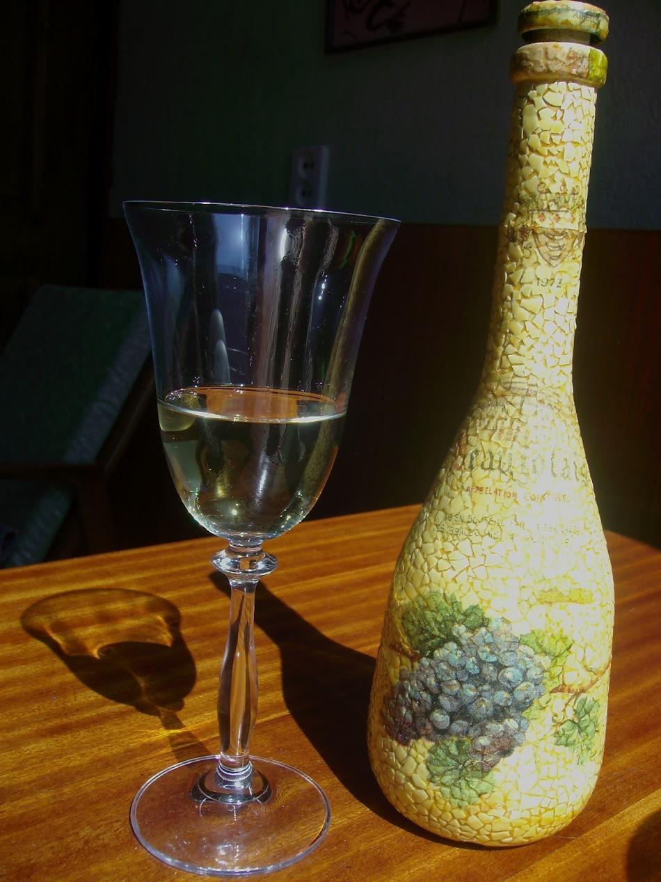 vot-tak-budet-viglyadet-butilka-posle-dekupazha-skorlupoi Декупаж бутылки шампанского: свадебные своими руками, пошаговое фото, технику как сделать, МК как украсить