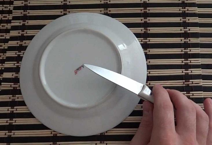 Немного подточить нож можно об тарелку