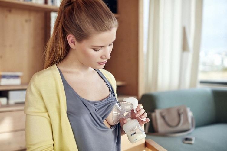 Предварительно сделайте легкий массаж груди