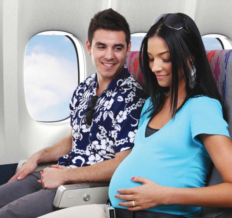 Беременным женщинам следует летать в сопровождении родных людей