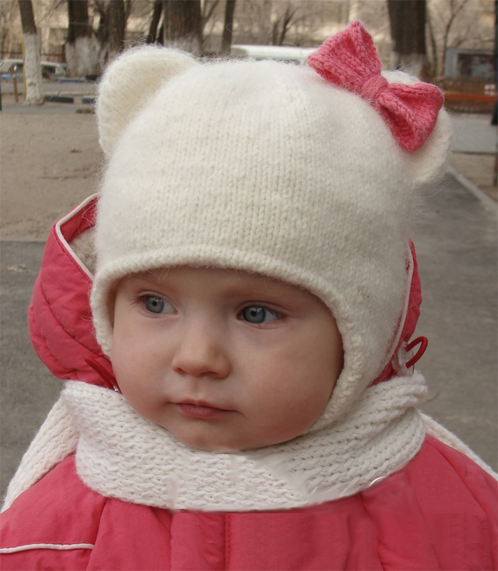 Милая шапка-кошка с ушками на девочке
