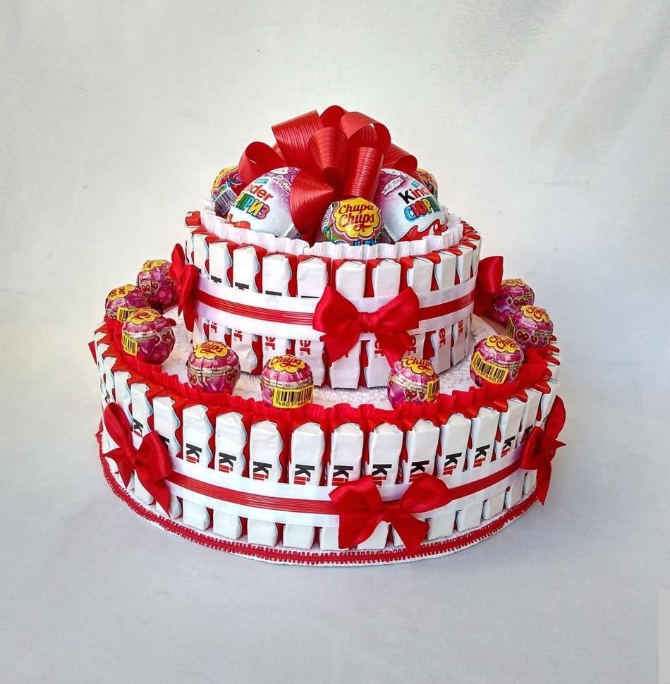 Торт из киндеров и чупа-чупсов
