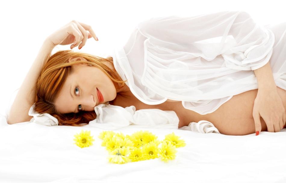 Беременная девушка и цветы календулы