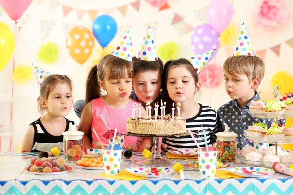 Картинка дети за праздничным столом