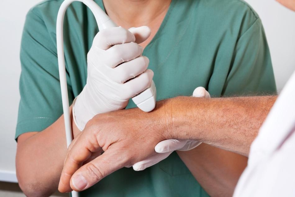 Узи-обследование кисти руки больного в клинике