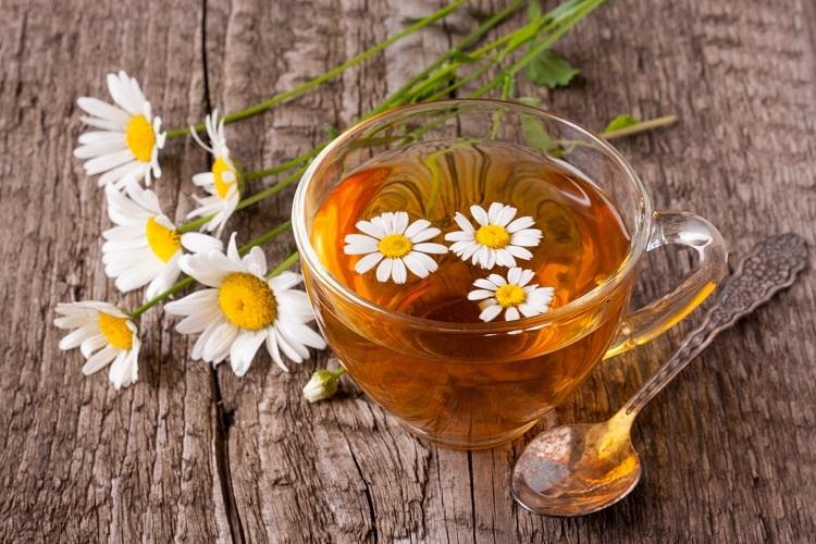 Ромашковый чай и успокоит, и решит проблемы с животиком, но дозволен с 4 месяцев