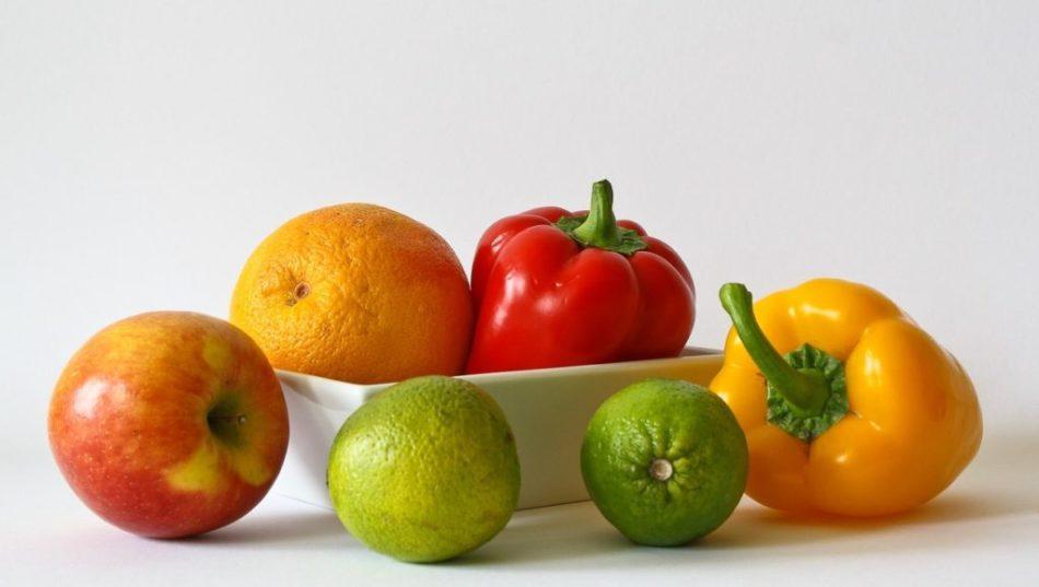 На столе разложены фрукты и овощи, которые помогают справиться с депрессией