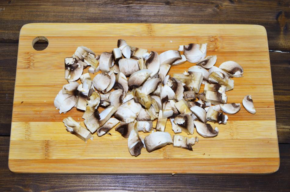 А вот такими кусочками нарезаются грибы для мяса
