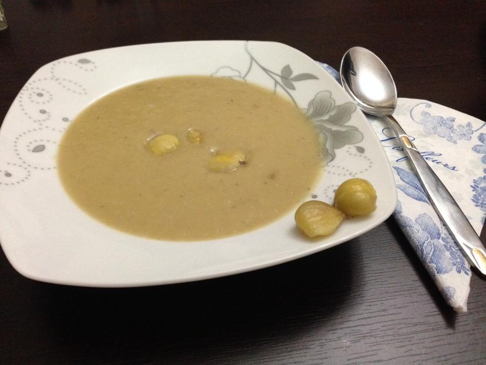 Минималистичный вариант подачи крем-супа из каштанов