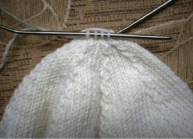 Вязание берета спицами: робота на макушкой берета.