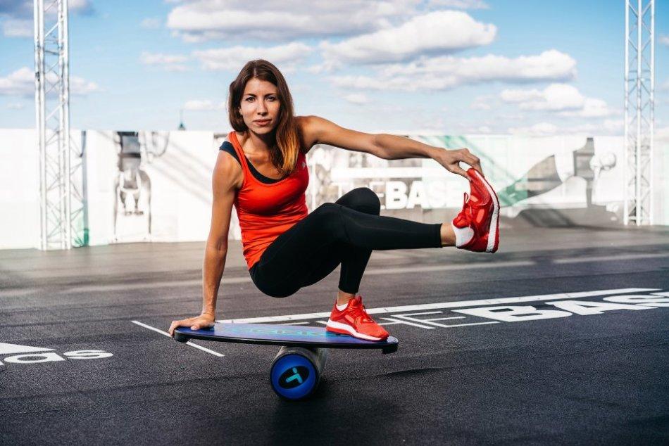 Баланс-борд - компактный и действенный тренажер - станет приятным подарком для спортивной девушки