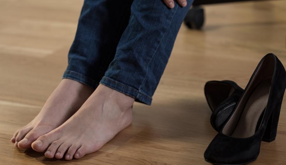 Закрытая обувь из синтетического материала вызывает повышенную потливость ног