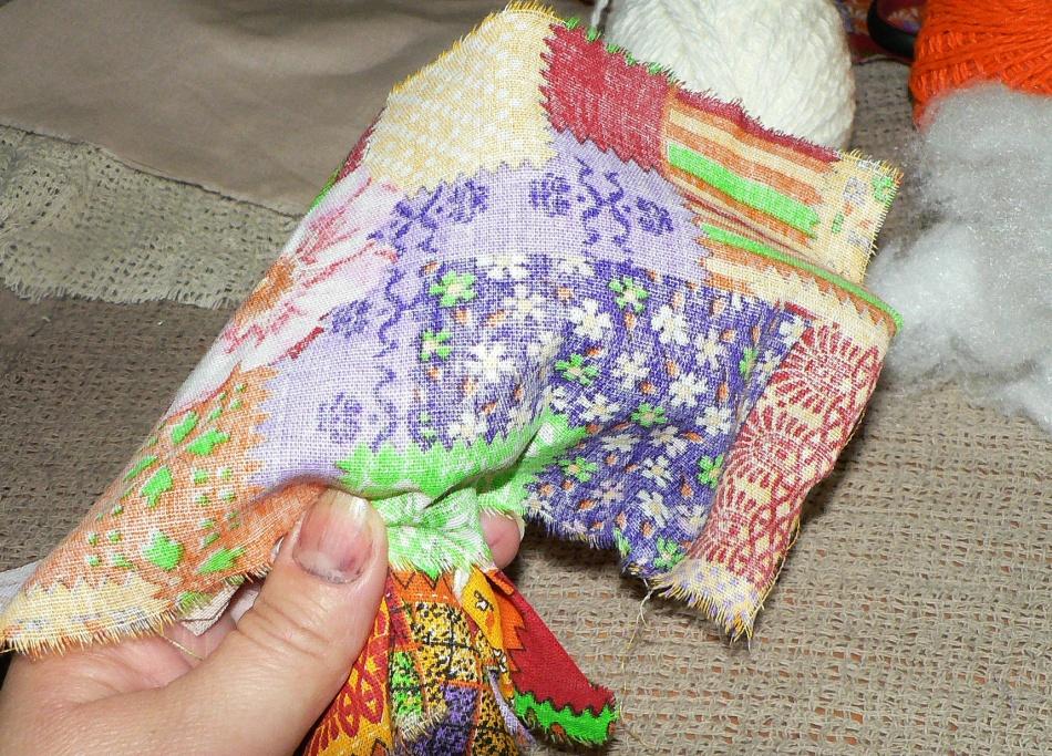Ткань для юбки для куклы-оберега должна располагаться изнаночной стороной наружу