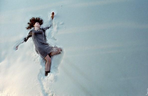 Лежать в снегу означают неприятные события