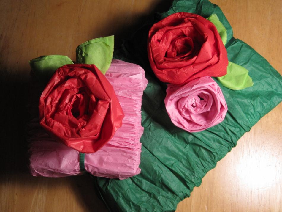 podarok-upakovannii-v-gofrirovannuyu-bumagu Как упаковать подарок своими руками