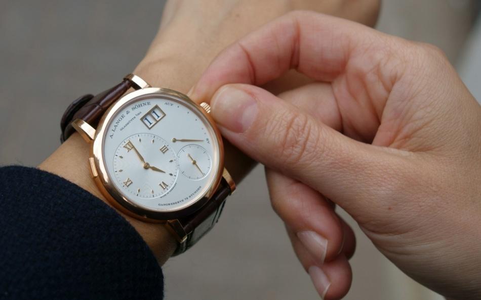 Мужчина с удовольствием носит подарок - часы на руке