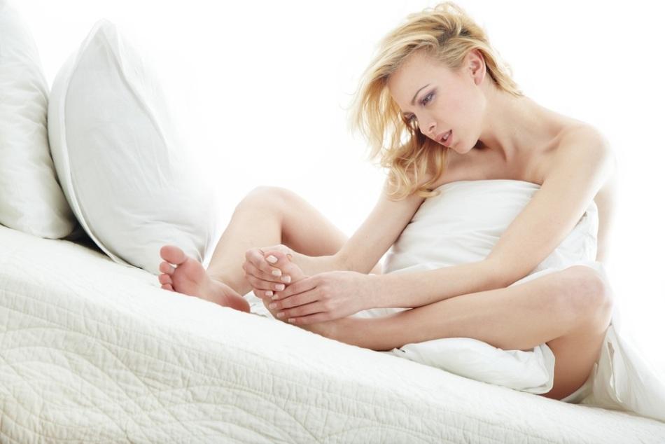 Избавиться от повышенной потливости ног можно, используя косметические и домашние средства