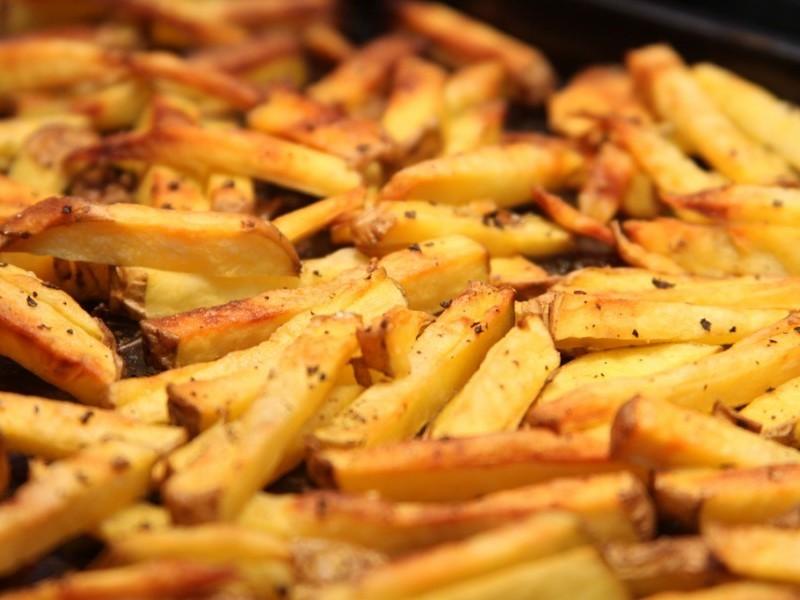 Картошка фри будет диетическим блюдом, если приготовить ее в духовке