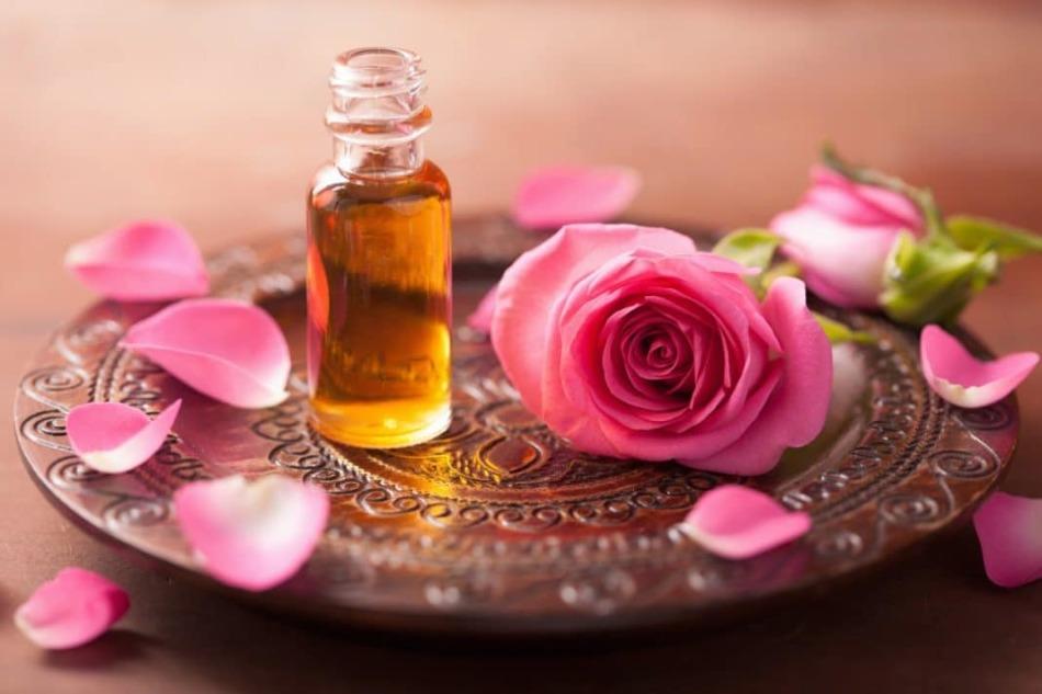 Розовое масло хорошо помогает восстановить кожу век и ресницы после стресса, наращивания
