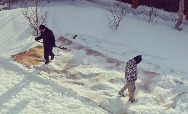 Чистка паласа в снегу
