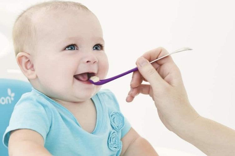 Не стоит слишком рано кормить малыша творогом