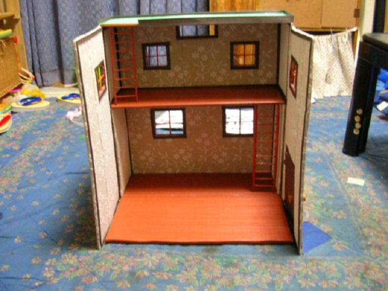 dvuhyetazhnii-dom-iz-kartona Домик и мебель для кукол своими руками из картона: схема, выкройка, фото. Как сделать кровать, диван, шкаф, стол, стулья, кресло, кухню, холодильник, плиту, коляску для кукол из картона своими руками