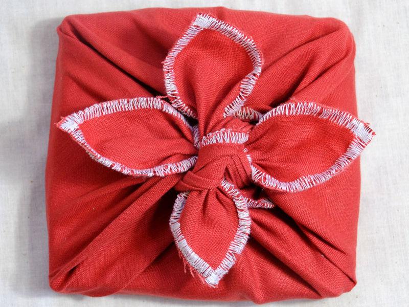 Подарок, упакованный в ткань