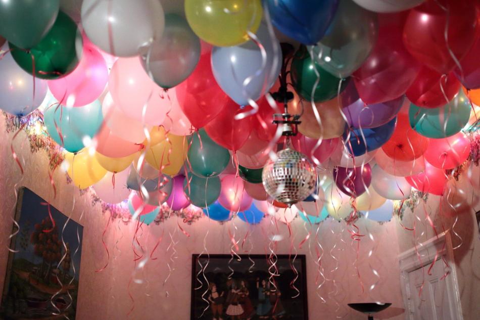 Как украсить комнату шариками на день рождения