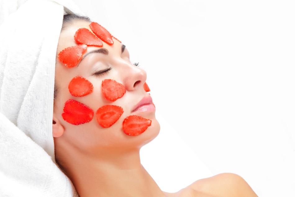 Клубничная косметика подходит для всех типов кожи.