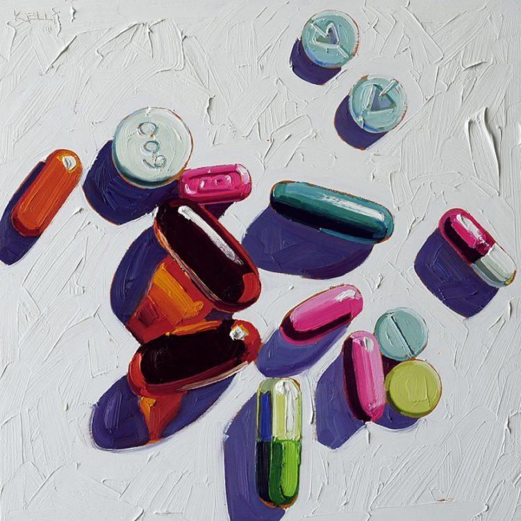 Несколько антидепрессантов в таблетках и капсулах рассыпаны на столе