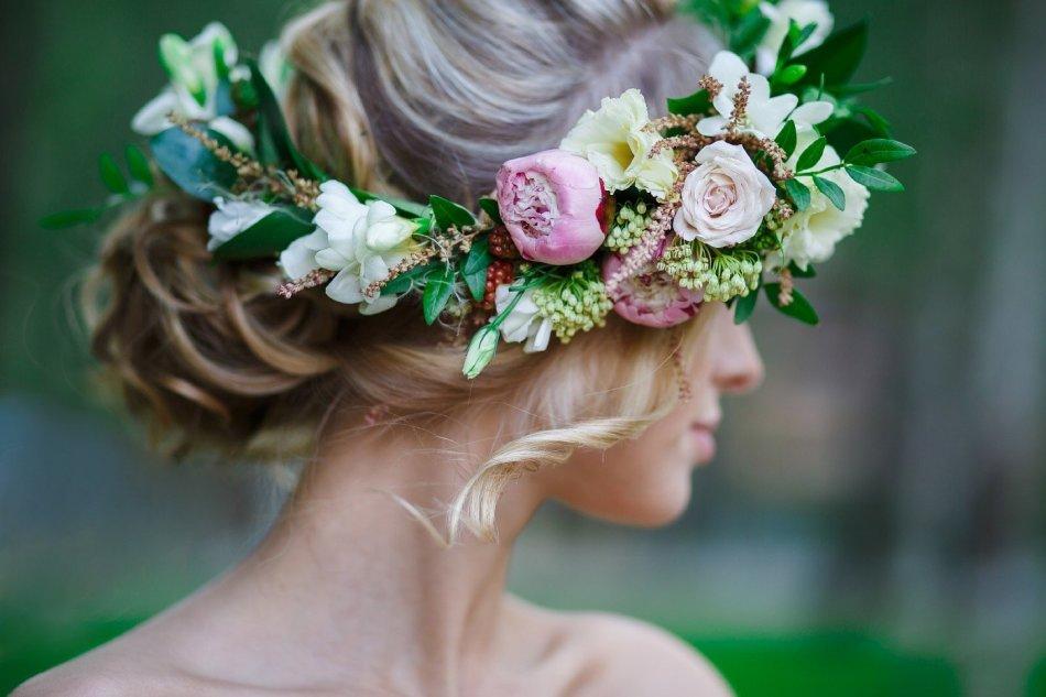 kak-plesti-venok-iz-cvetov Как сплести венок из живых цветов, ромашек, одуванчиков, сирени, травы, полевых цветов на голову: пошаговая схема. Цветочный венок на голову: как делать, как закрепить в конце?